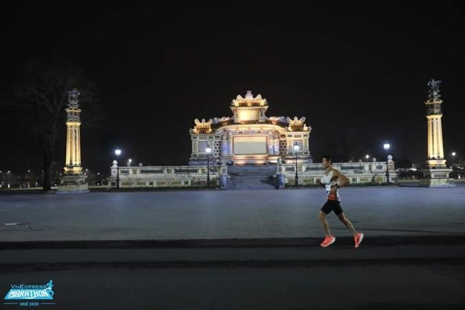A runner runs a distance of 21km at the VnExpress Marathon Hue 2020. Photo: VnExpress Marathon
